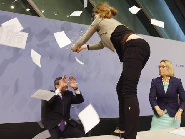 Frau stürmte auf die Bühne