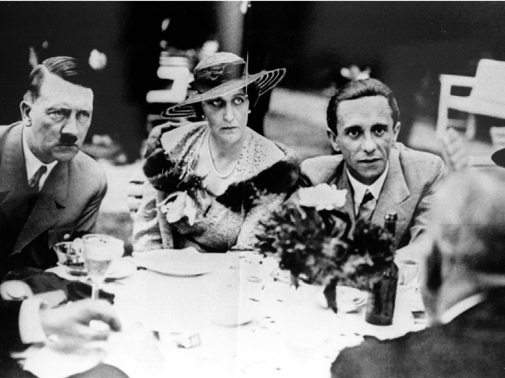 Streit um Goebbels-Nachlass. Im Bild: Joseph Goebbels mit seiner Frau Magda und Adolf Hitler (v.r.)