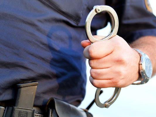 Für einen der Verdächtigen klickten die Handschellen.