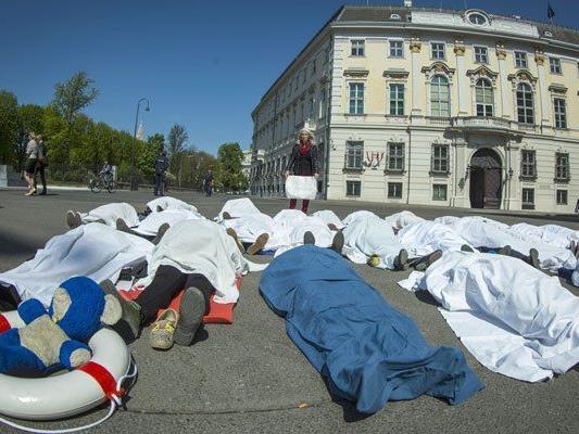 Die Leichentuch-Aktion soll als Protest gegen die EU-Flüchtlingspolitik wirken.