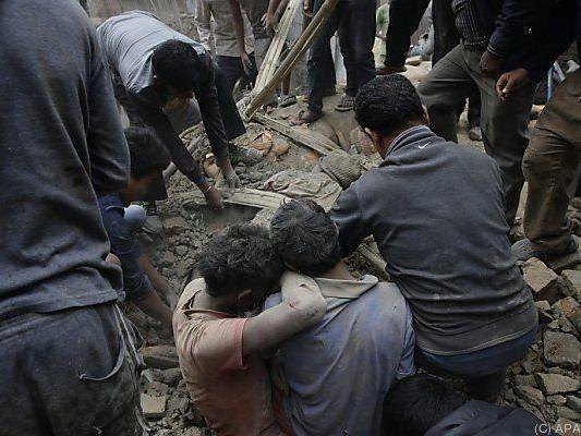 Fieberhafte Suche nach Verschütteten nach schwerem Beben in Nepal