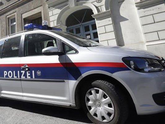 Die Polizei hat den Verletzten festgenommen, als Beamte von ihm attackiert wurden.