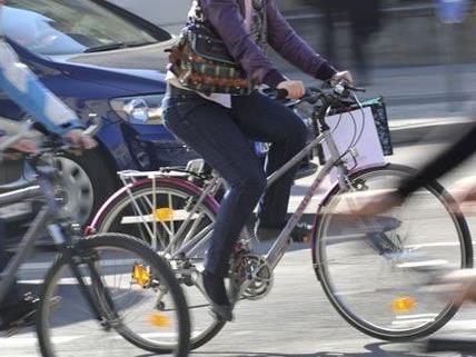 Eine Radfahrerin wurde in Wien 15 von einem Pkw niedergestoßen