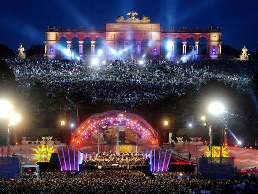 Die Wiener Philharmoniker spielen am Sommernachtskonzert im Schloßpark Schönbrunn auf.