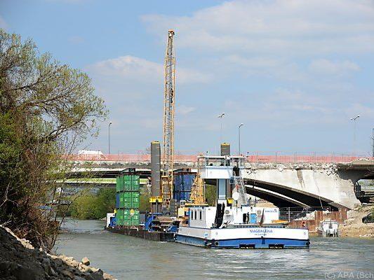 Ein Abbruch-Schiff ist bei der Baustelle im Einsatz