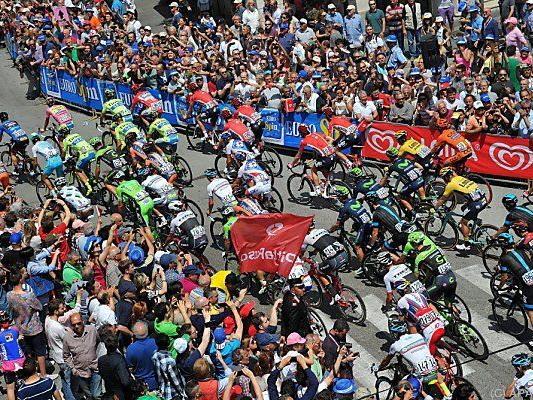 Das Starterfeld des Giro radelte Richtung Forli