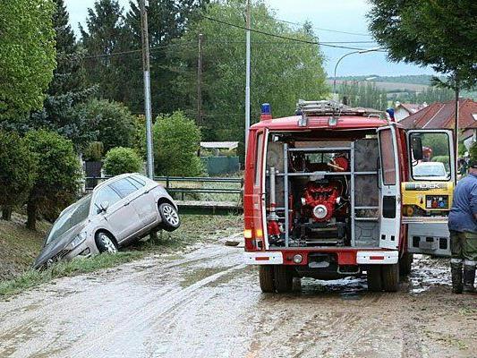 Während der Aufräumarbeiten nach einem Unwetter im Bezirk Hollabrunn