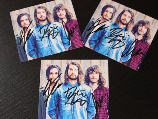 Bei ihrem Wien-Konzert haben The Makemakes fleißig Autogramme geschrieben.