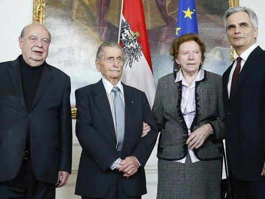 Bundeskanzler Werner Fayman begrüßt KZ-Überlebende im Bundeskanzleramt in Wien