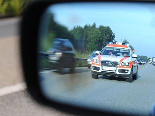 Die Rettung kümmerte sich nach dem Unfall um die drei Verletzten.