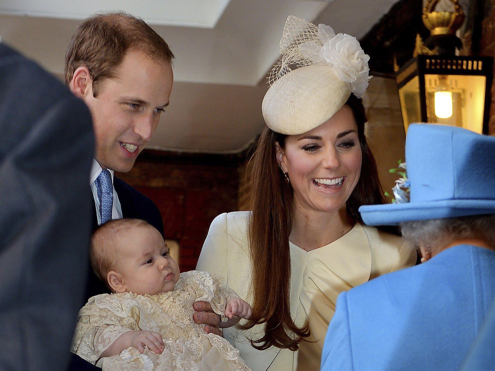 Die Öffentlichkeit wird zuerst über Twitter und die Facebook-Seite des Königshauses informiert.