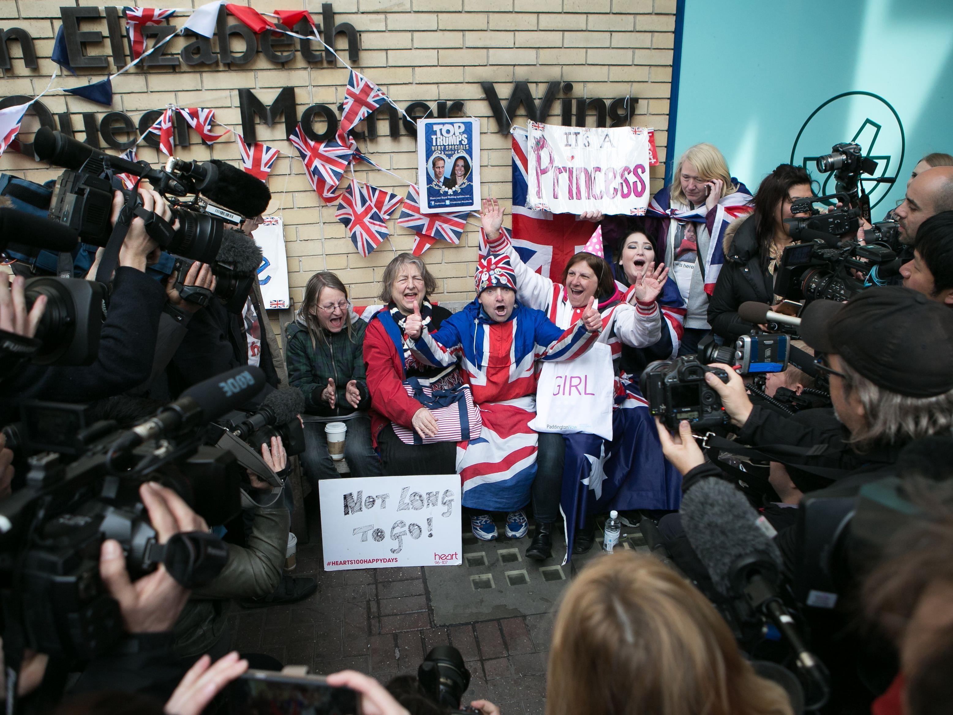 Eingefleischte Monarchie-Fans begrüßen kleine Prinzessin.