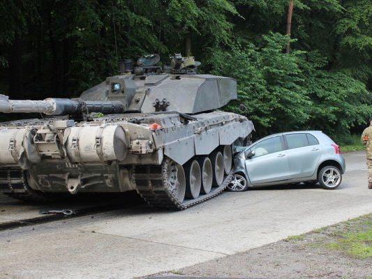 Panzer überrollte Auto