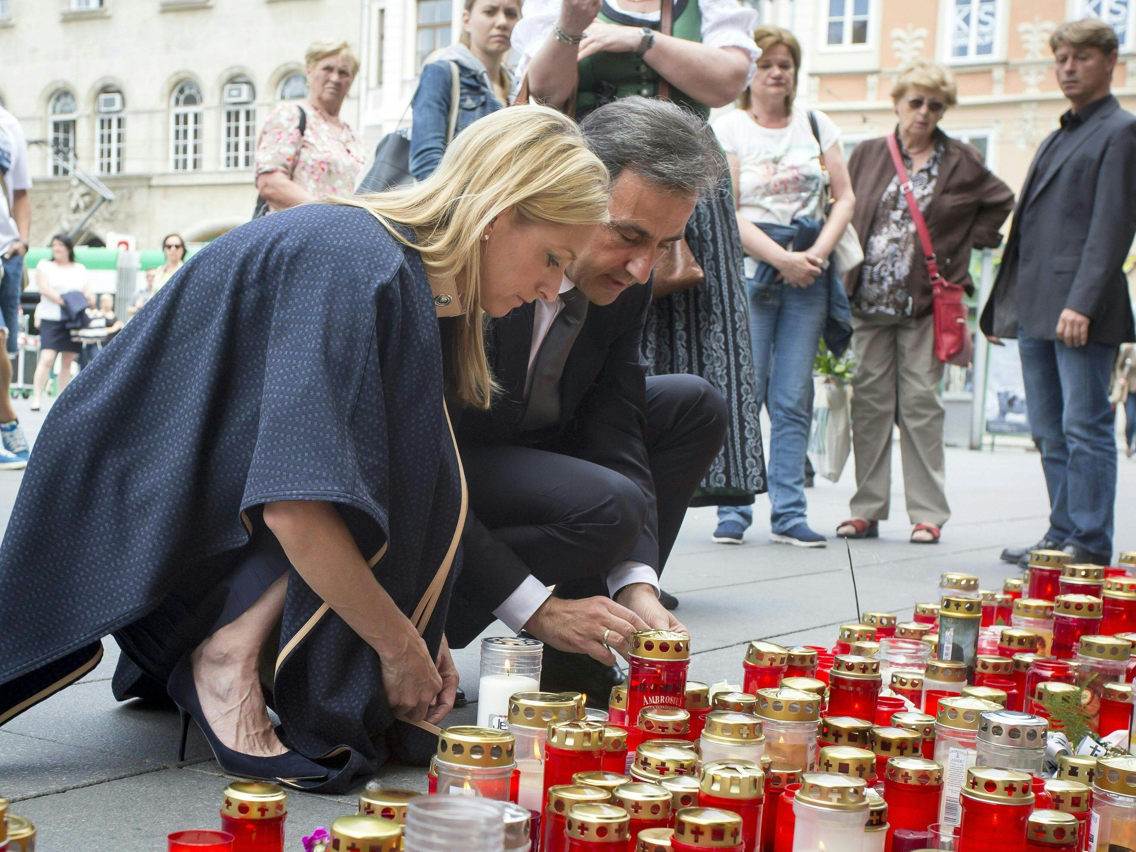 Auch US-Botschafterin Alexa Wesner zündet vor dem Rathaus eine Kerze an.