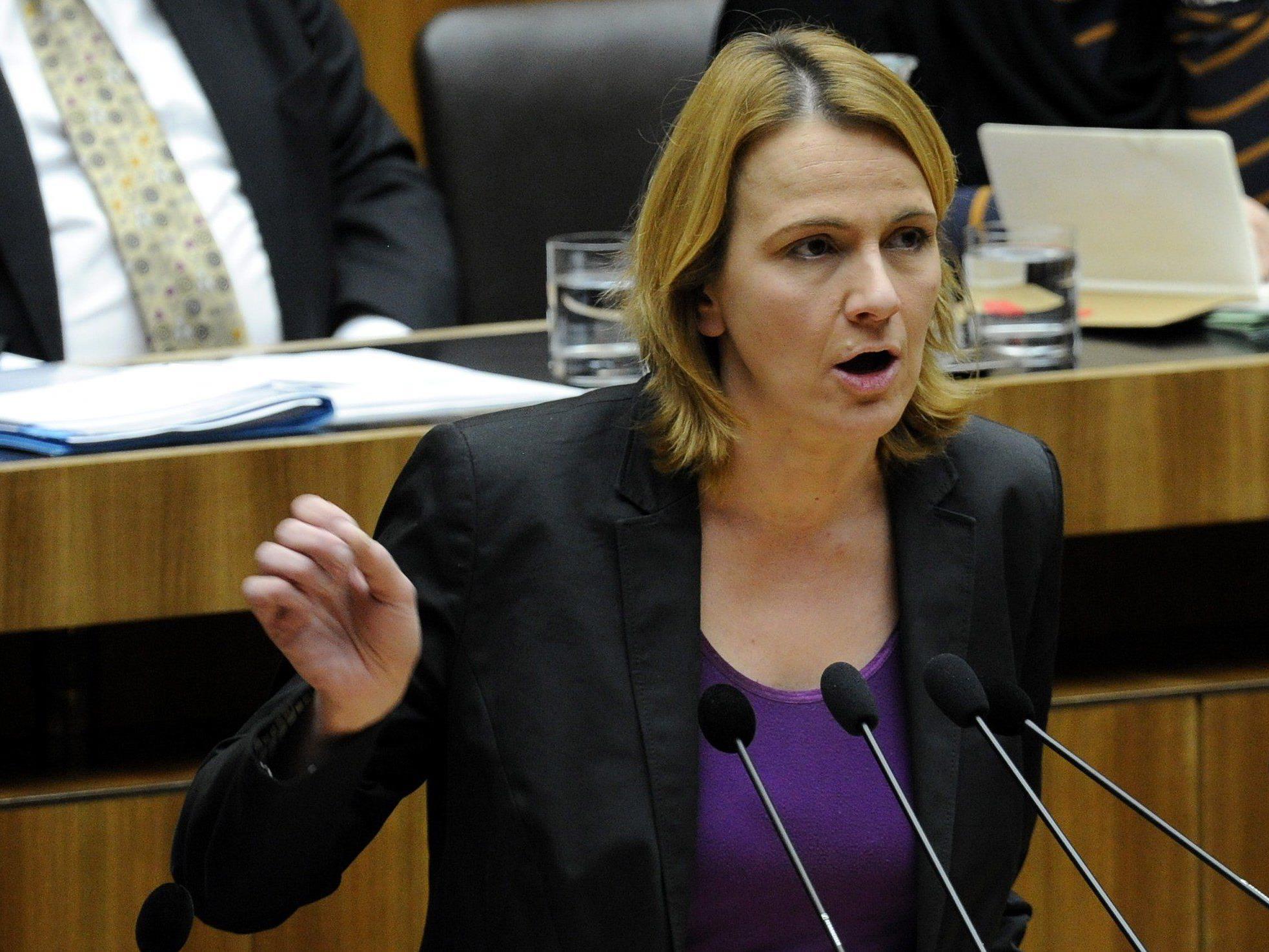 FPÖ-Abgeordnete Belakowitsch-Jenewein fordert Abschiebung von Flüchtlingen in Bundesheer-Maschinen.