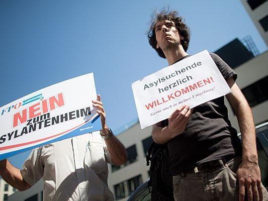 Bei der Protestaktion der Wiener FPÖ - es waren weit mehr Gegendemonstranten als Teilnehmer vor Ort