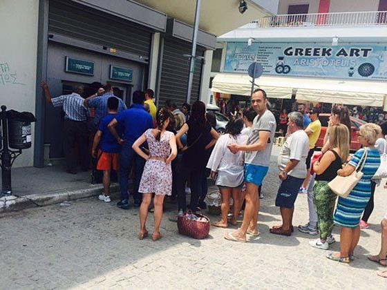 Schlangestehen für Bargeld heißt es in Chalkidiki