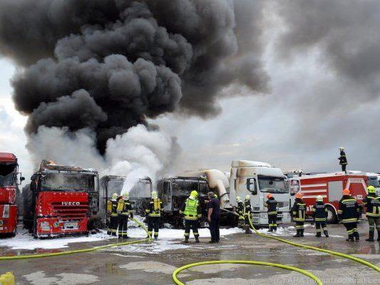 """Lkws brannten: Die Feuerwehr breitete einen """"Schaumteppich"""" aus"""