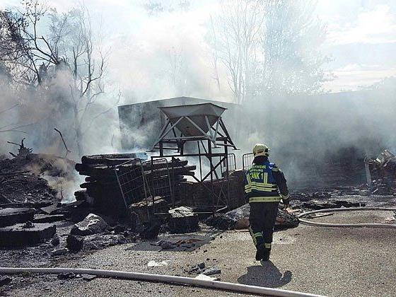 Einsatzkräfte der Feuerwehr während des Löscheinsatzes in Mödling