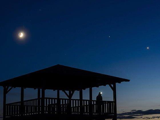 Wenn Mond, Jupiter und Venus (von links nach rechts) zu sehen sind