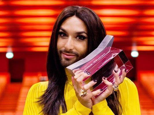 Conchita Wurst mit ihrer neuen Auszeichnung.