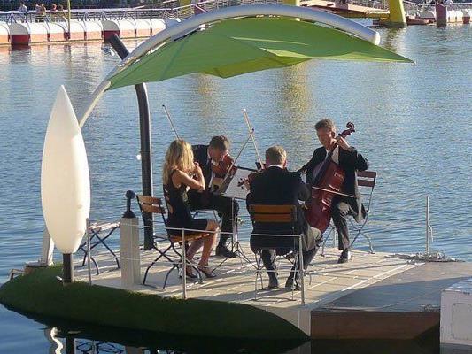 Auf der Alten Donau kann in Booten Konzerten gelauscht werden.