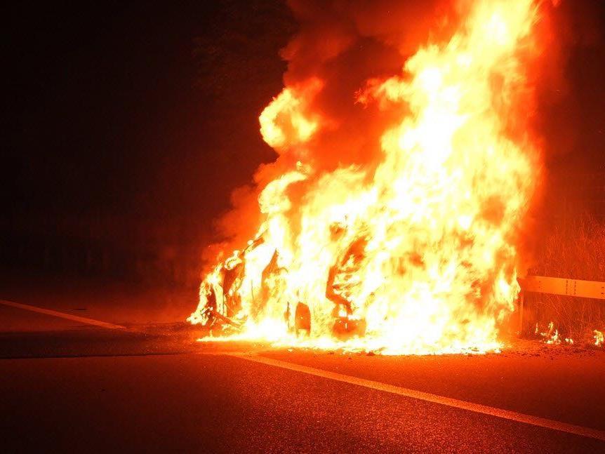 Kurz vor Winterthur geriet aus unbekannten Gründen ein Patrouillenfahrzeug der Kantonspolizei St.Gallen in Brand.