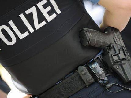 Ein Polizist stürzte bei dem Einsatz zu Boden.