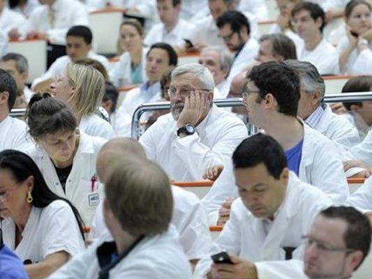 Die Spitalsärzte des KAV werden über ihre Streikbereitschaft befragt