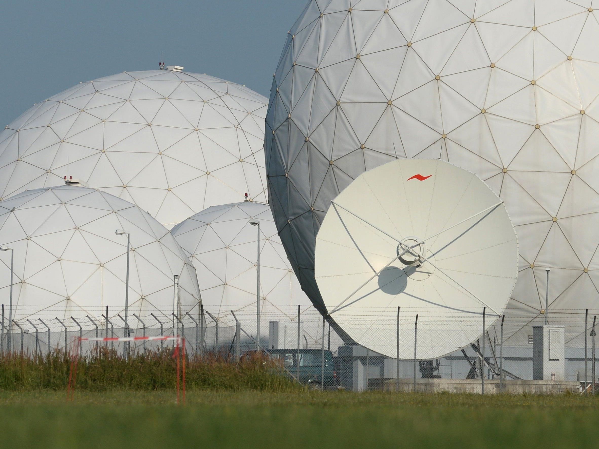 Radarkuppeln (Radome) auf dem Gelände der Abhörstation des Bundesnachrichtendienstes (BND) in Bayern.