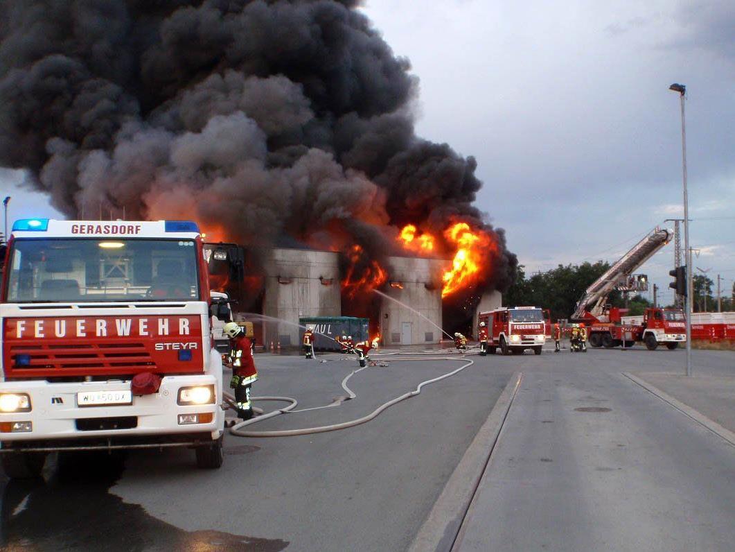 Sogar Verkehrsflugzeuge meldeten den Brand der Lagerhalle.