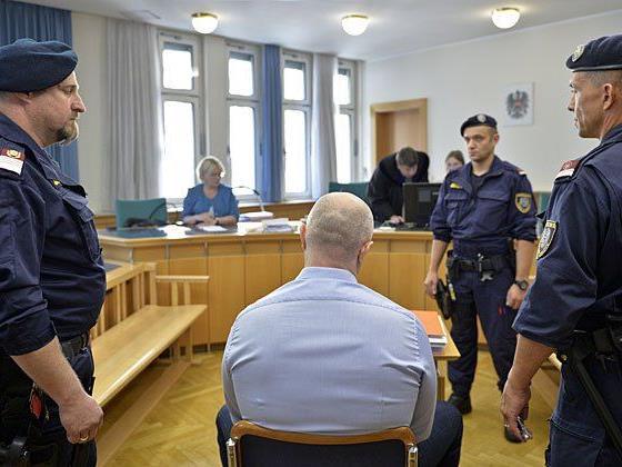 Aslan G. (R) und ein Justizwachebeamter beim Prozess in Wien