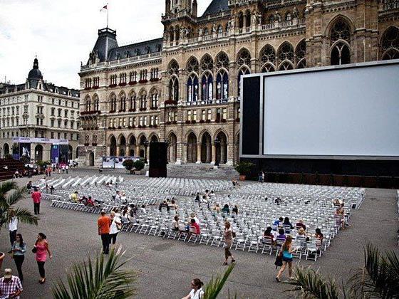 Blick aufs Film-Festival am Rathausplatz.