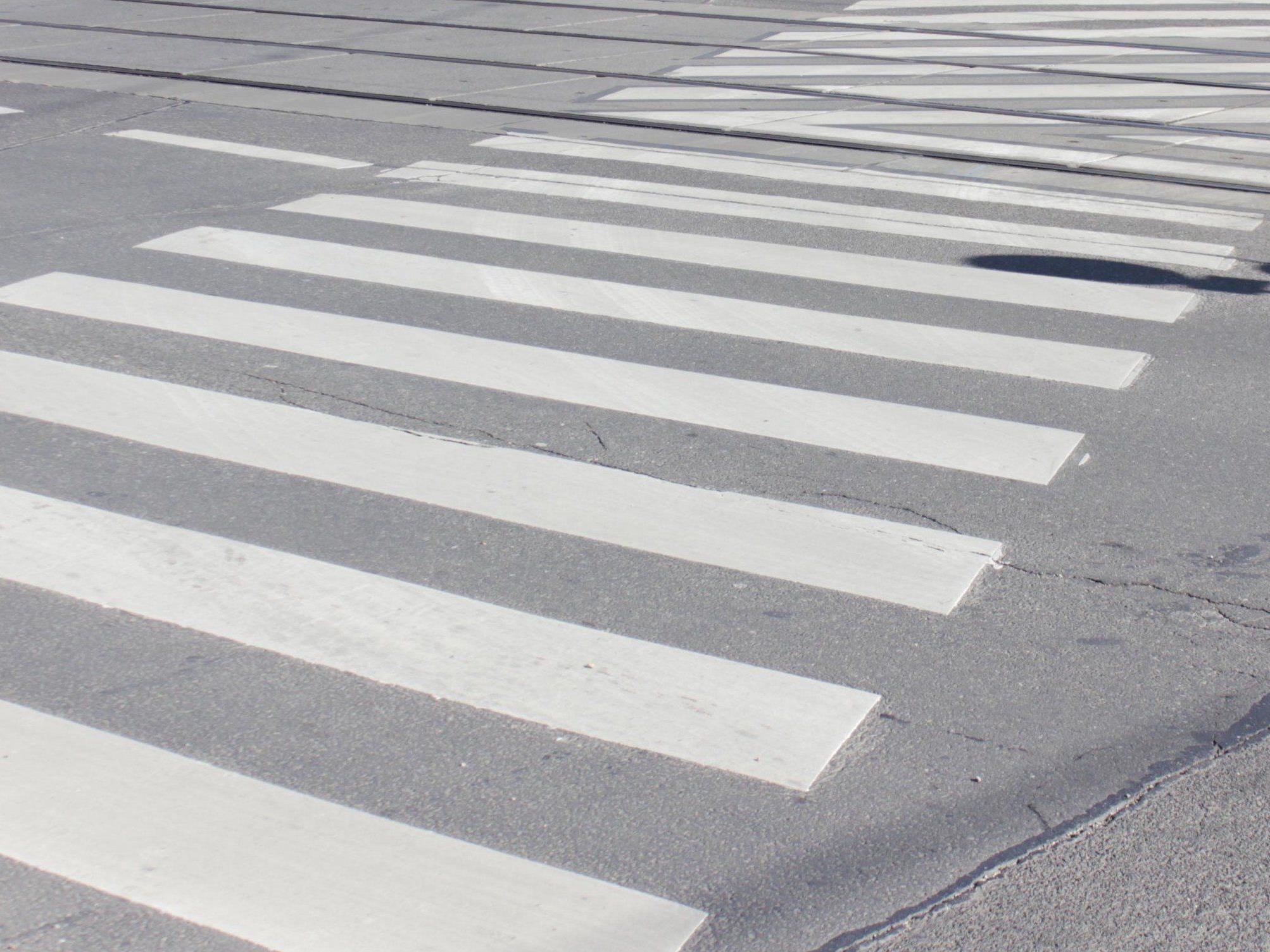Ein Fußgänger wurde auf einem Zebtrastreifen in Wien-Penzing von einem Auto gestreift.