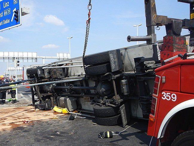 Ein Lkw (Bild) war auf der S2 in Fahrtrichtung Süden mit zwei Pkw kollidiert und dann umgestürzt