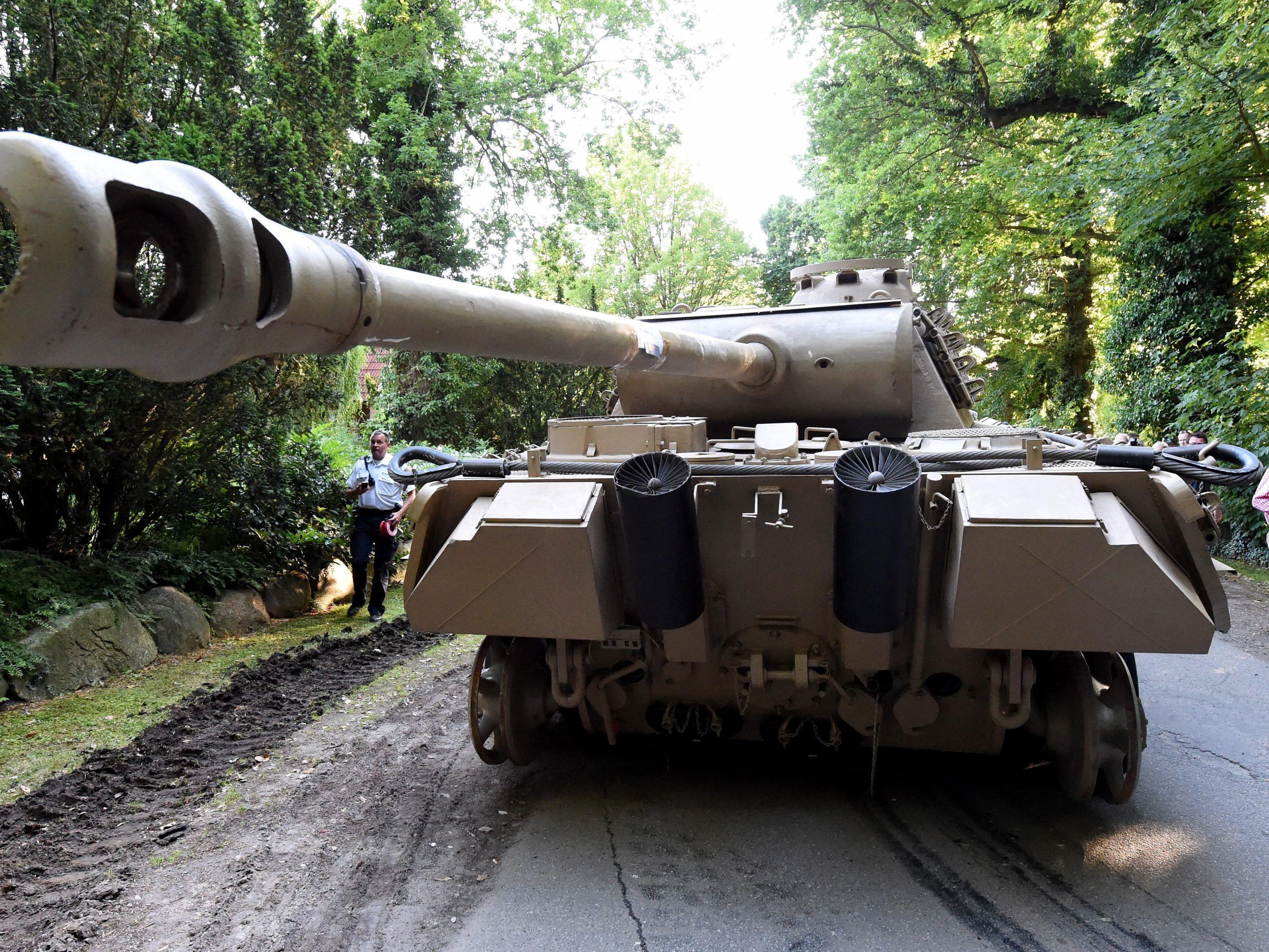 """Der geborgene Wehrmachtspanzer vom Typ """"Panther"""" ohne Ketten vor dem Abtransport."""