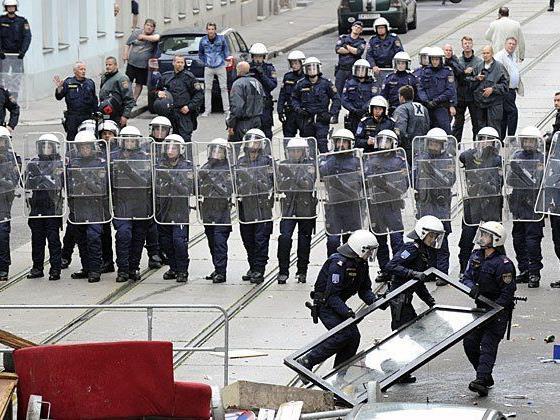 Polizisten vor dem Haus Mühlfeldgasse 12 in Wien-Leopoldstadt, im Rahmen der Räumung am 28. Juli 2014