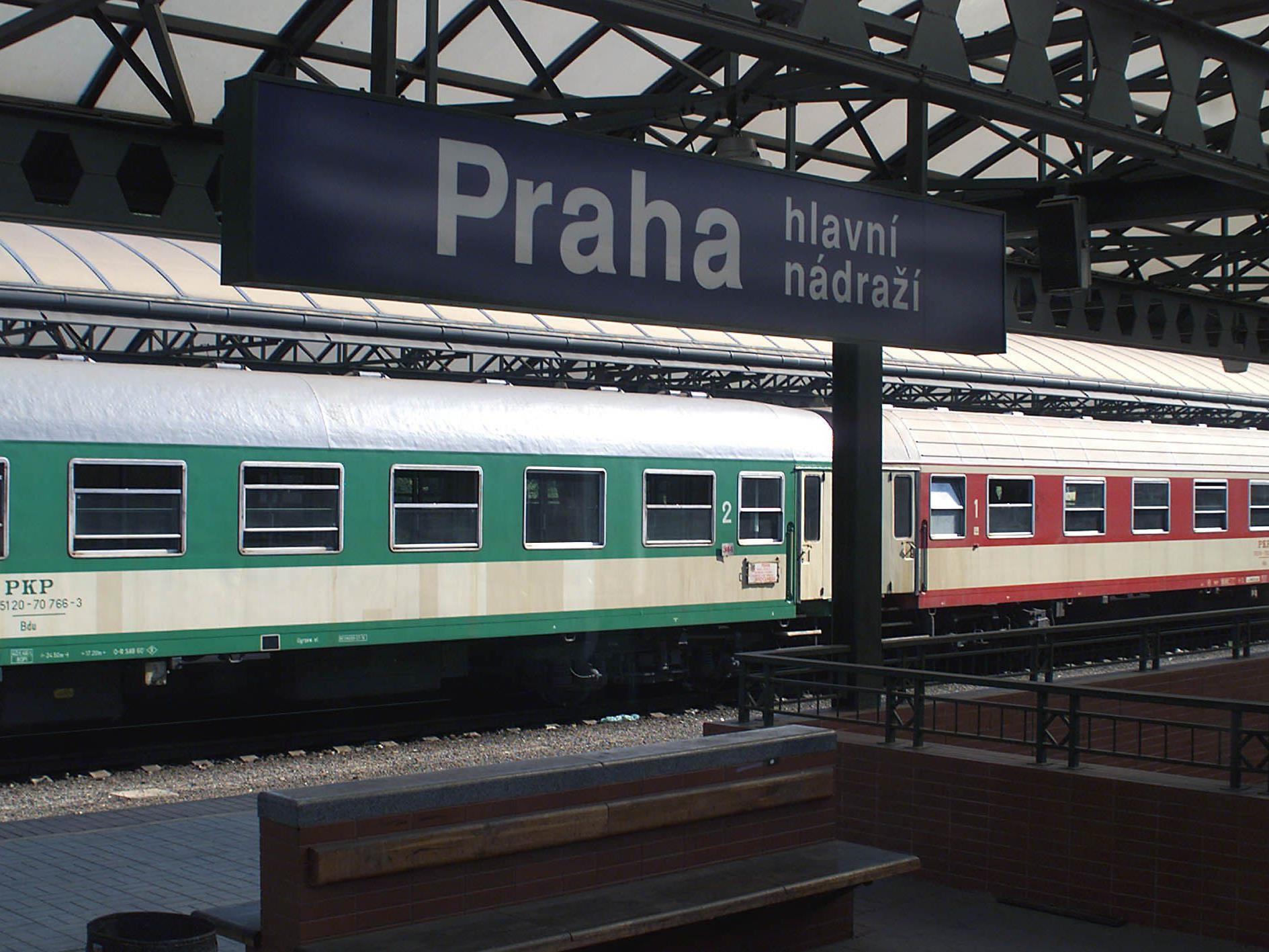Entgleister Zug schob sich auf Bahnsteig in Prager Bahnhof