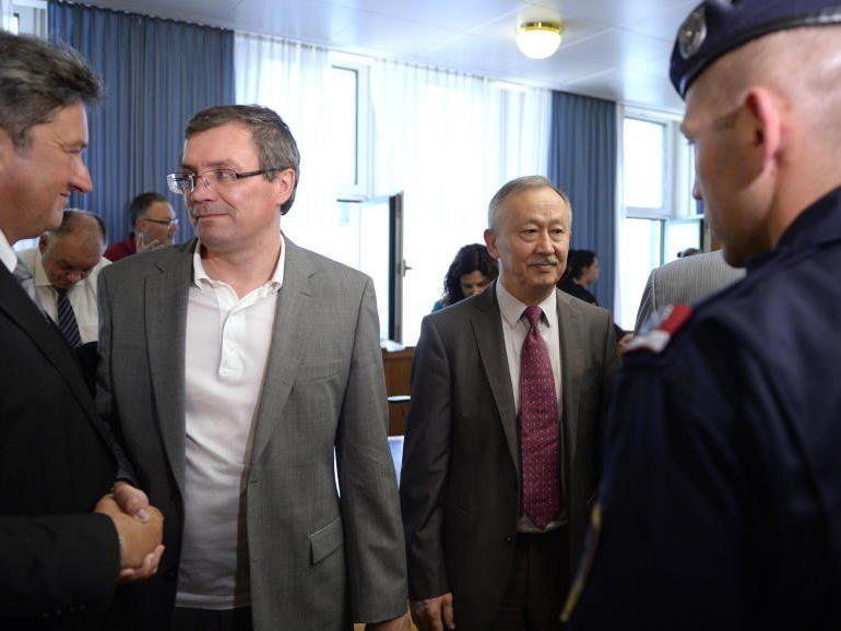 Die beiden Angeklagteb Vadim Koshlyak und Alnur Mussayev (R.) nach der Urteilsverkündung im Aliyev-Prozess.