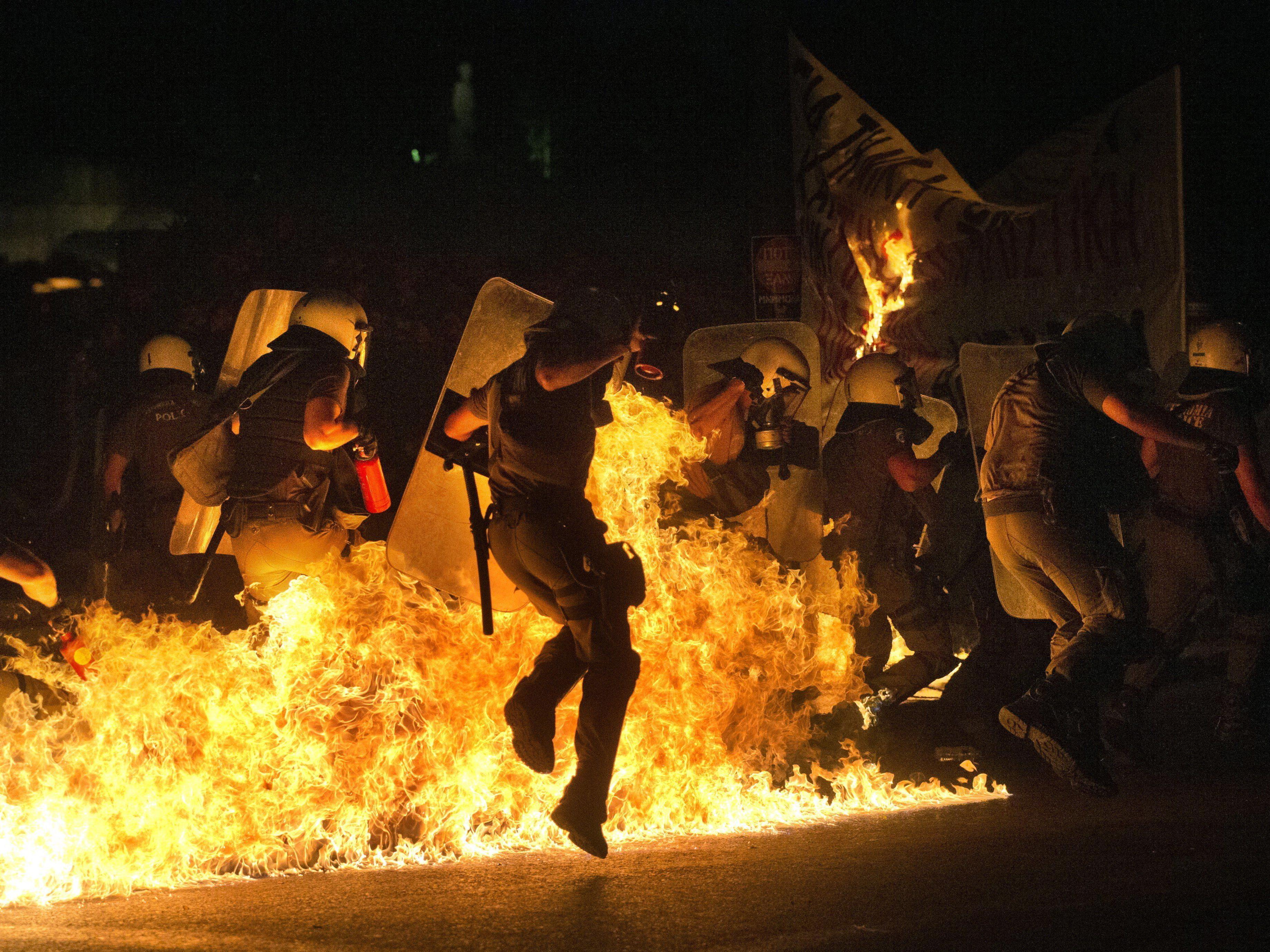 Das griechische Parlament debattiert über die geforderten Reformen, auf den Straße fliegen Molotov-Cocktails.