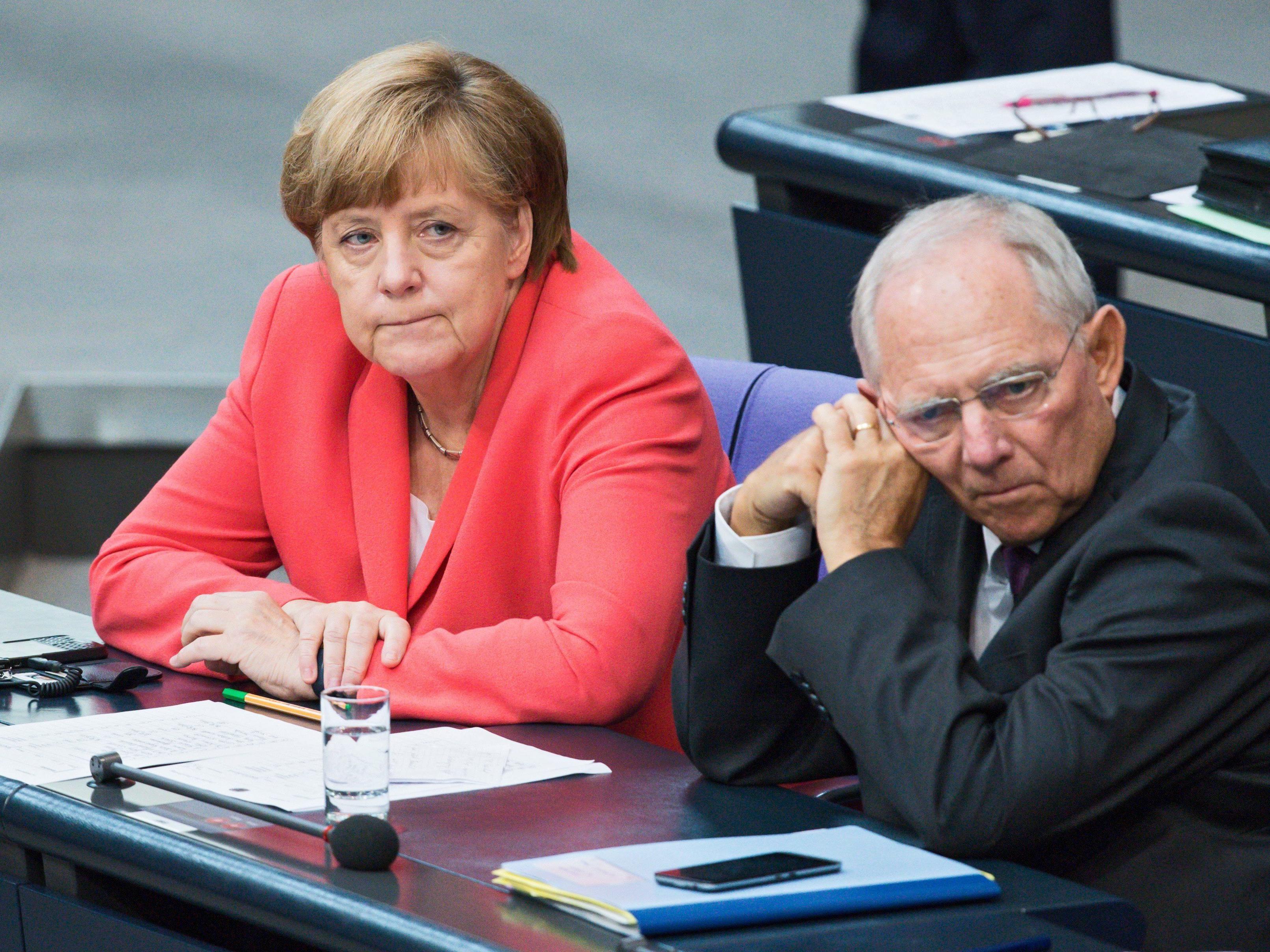 Merkel gegen weitere Grexit-Debatte - Kritik an Schäuble reißt nicht ab.