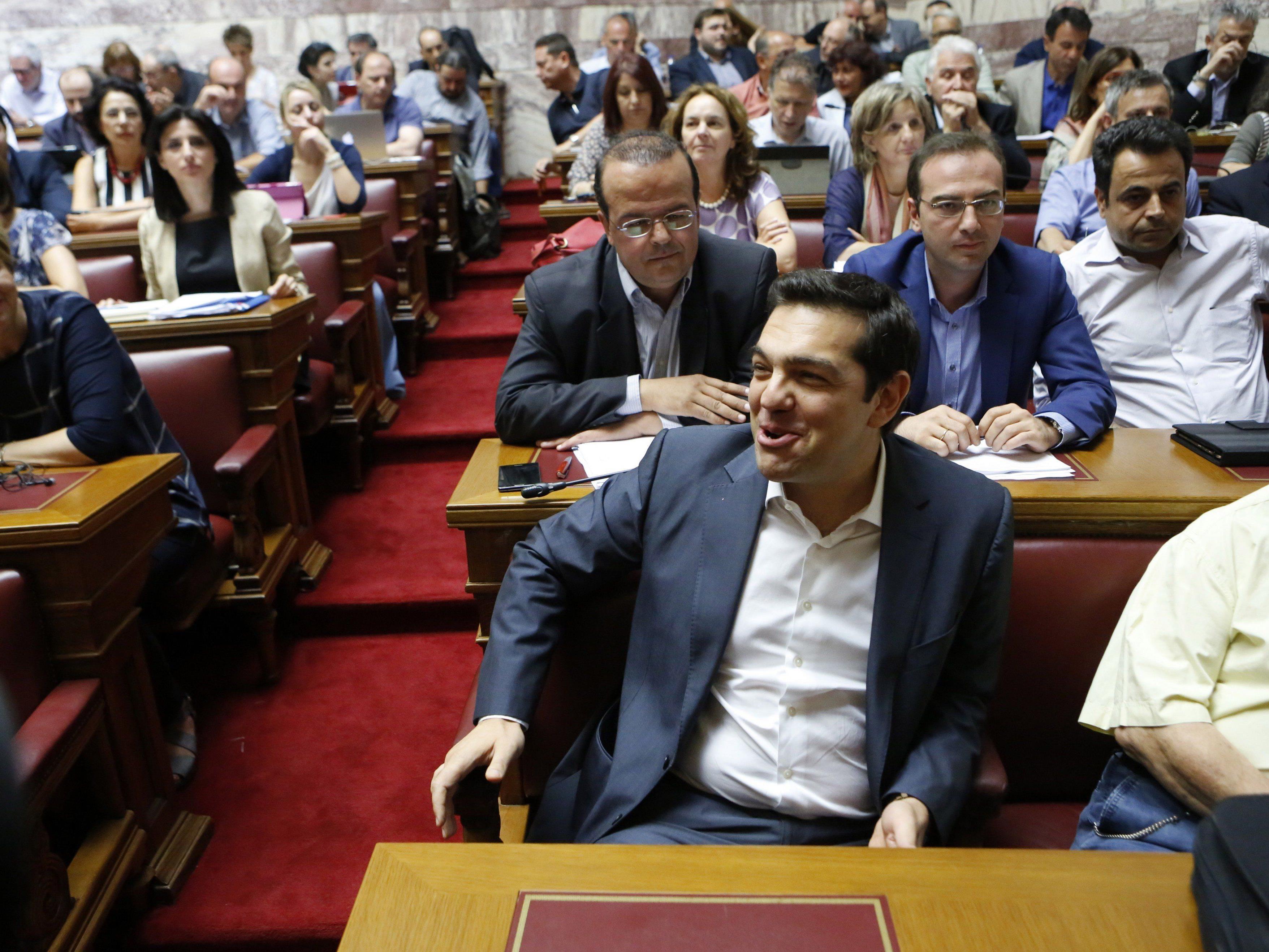 Alexis Tsipras macht im griechischen Parlament gute Miene zum (aus seiner Sicht) bösen Spiel.