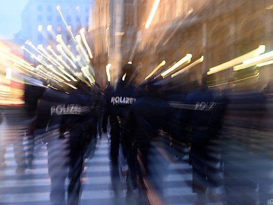 Zwei Polizisten sollen Gefesselten zu Boden geschleudert haben