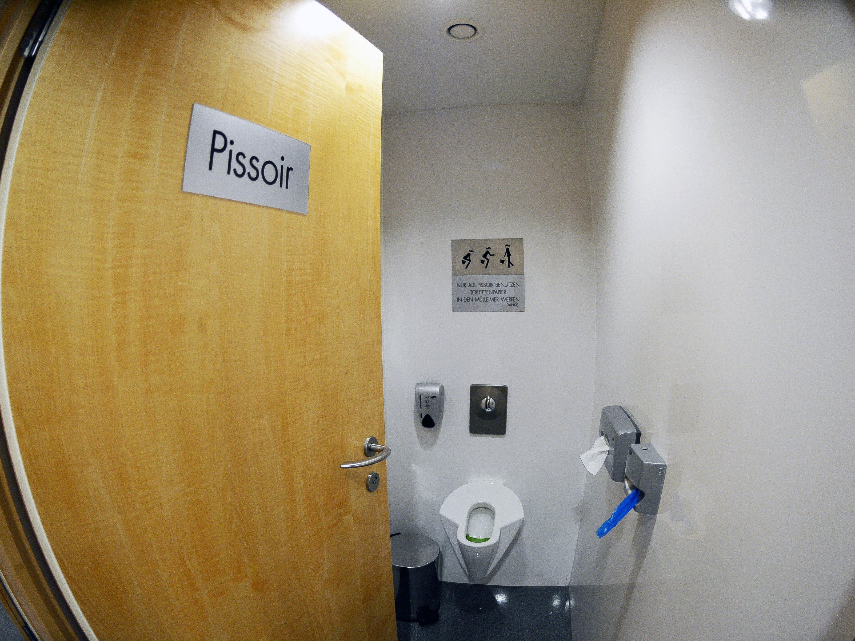 Die Damen-Urinale in Salzburg werden wieder entfernt.