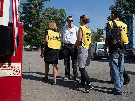 Mitarbeiter von Amnesty International am Donnerstag bei der Besichtigung des Erstaufnahmezentrums in Traiskirchen