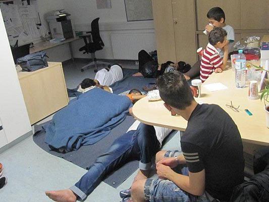 In der Polizeiinspektion am Wiener Westbahnhof kümmerte man sich um diese Flüchtlingsfamilien