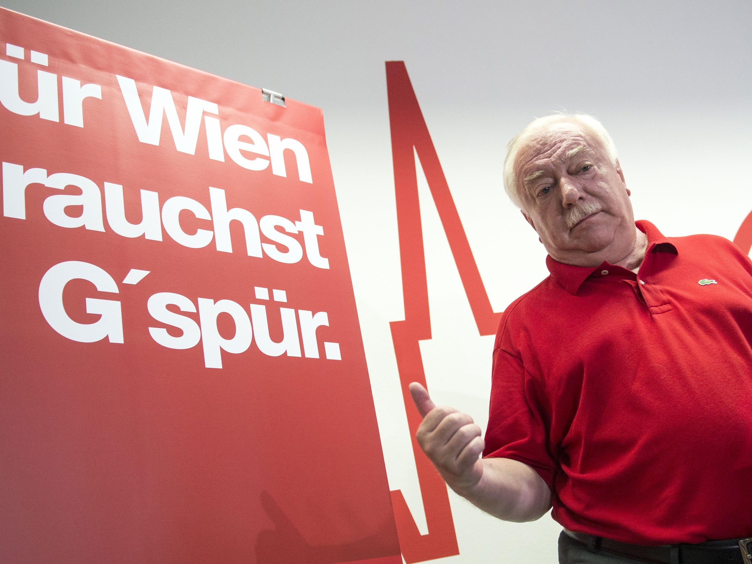 Michael Häupl vor einem SPÖ-Slogan.