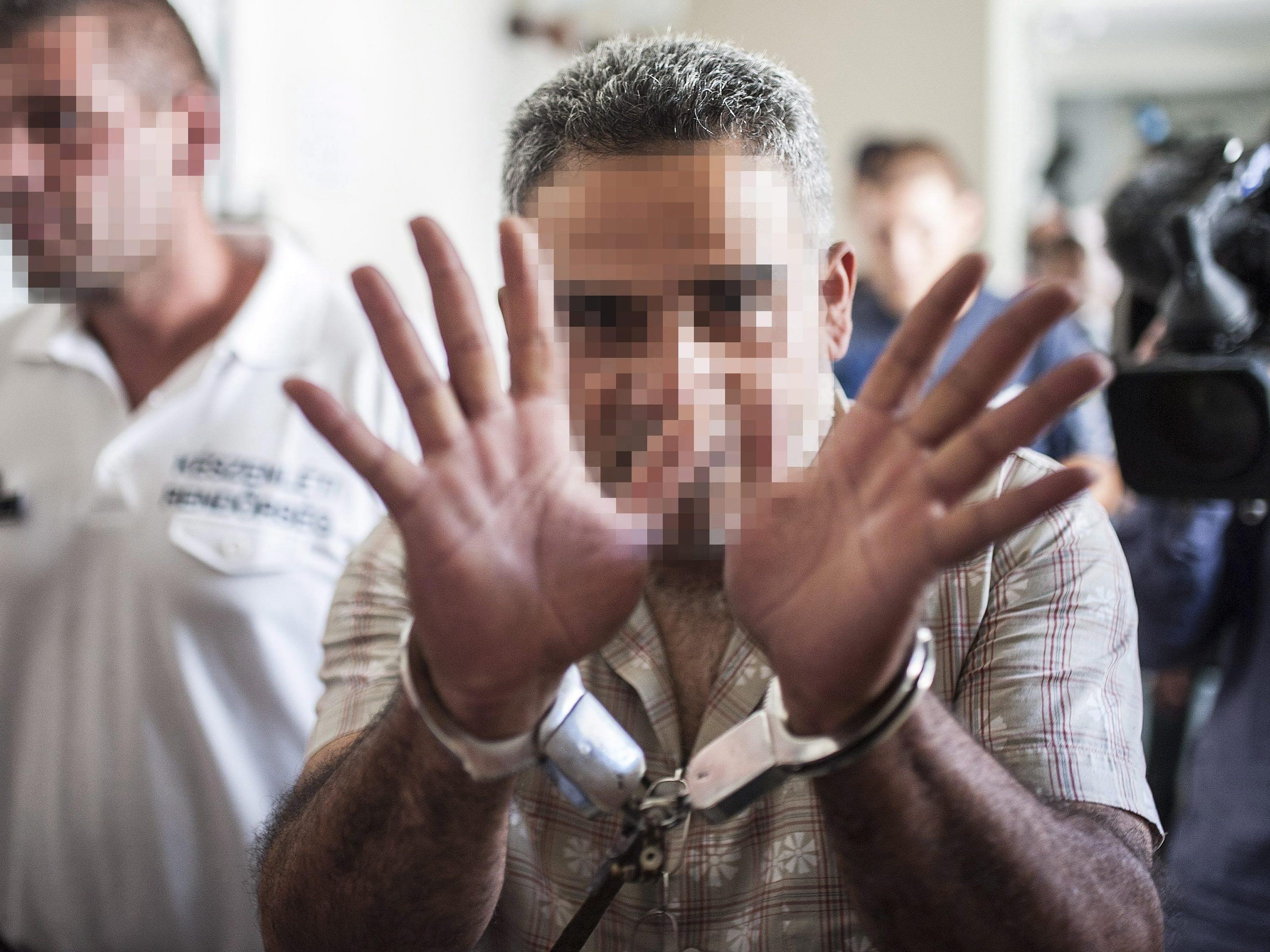 Einer der verdächtigen Schlepper vor der Anhörung in Ungarn.