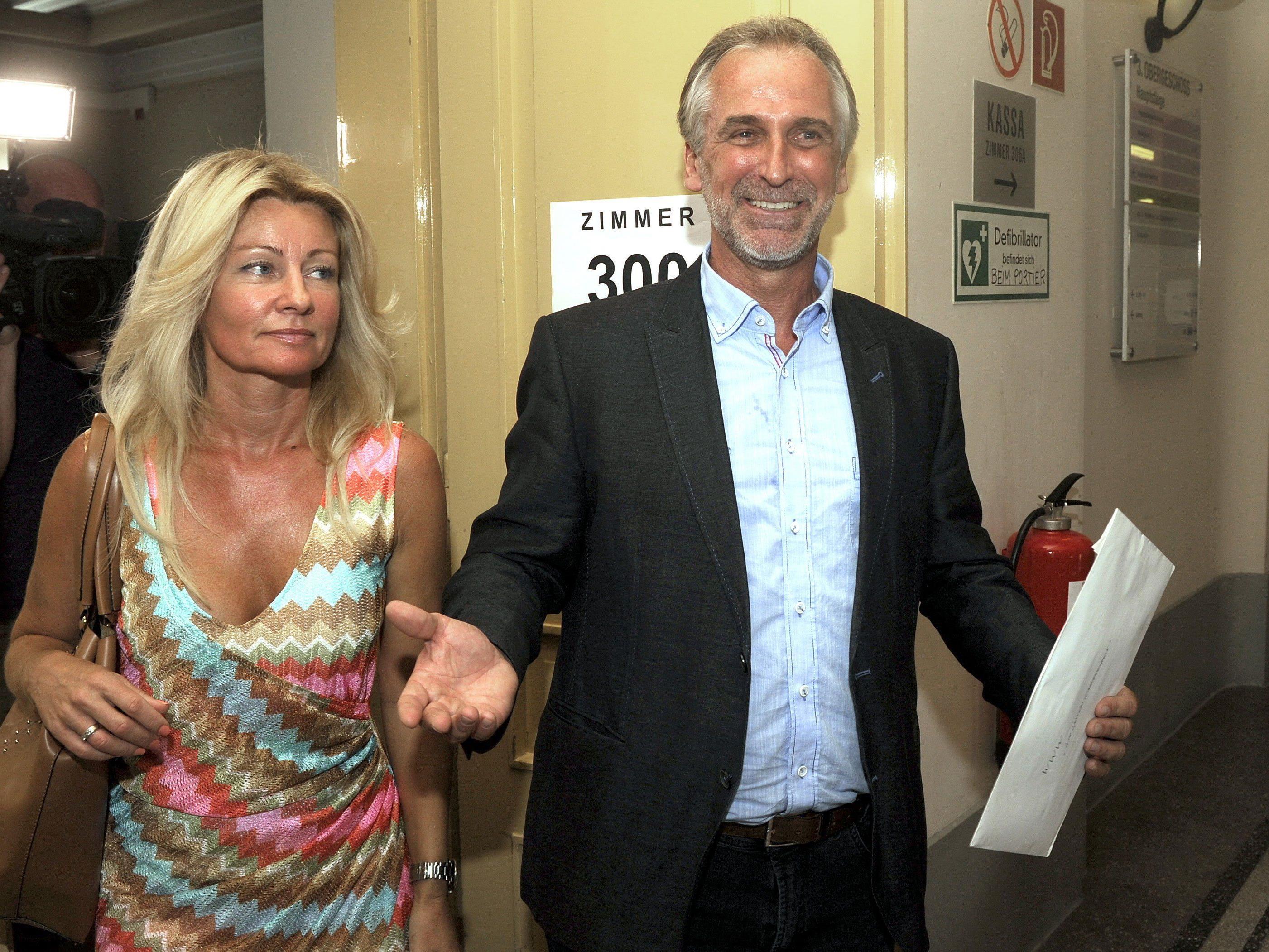 Der Wirt Pollischansky mit seiner Frau bei der Kandidatur-Einreichung.