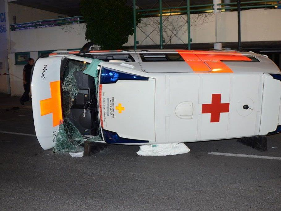 Der Rettungswagen blieb seitlich liegen.